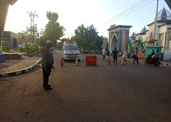 Petugas keamanan (Polisi), berjaga di jalan depan Masjid Agung Baiturahman Limboto. (Foto : Istimewa)