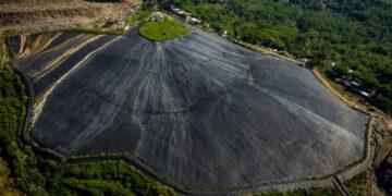 Foto udara lapisan geomembran menutup hamparan lahan bekas timbunan sampah untuk menghasilkan metana pada proyek Pembangkit Listrik Tenaga Sampah (PLTSa) Landfill Gas di Tempat Pembuangan Akhir Jatibarang, Kota Semarang, Jawa Tengah. ANTARA FOTO/ Aji Styawan