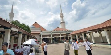 Masjid Keramat Luar Batang (Antara/Yudhi Mahatma)
