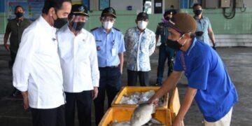 Presiden Joko Widodo ketika mengunjungi Tempat Pelelangan Ikan (TPI) Brondong, Lamongan, Jawa Timur. SETPRES