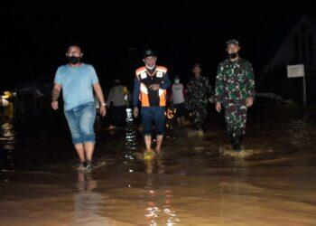 Pemkab Pohuwato bersama TNI-Polri, meninjau lokasi banjir, Selasa malam, (18/05/2021). (Foto : Istimewa)