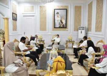 Kepala Dinas Kearsipan dan Perpustakaan Kota Gorontalo, Sutarto dan jajarannya saat melakukan audiensi bersama Walikota Gorontalo, Marten Taha.
