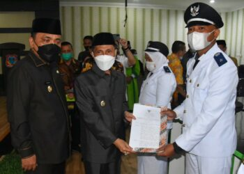 Bupati Kabupaten Gorontalo, Nelson Pomalingo, didampingi Wakil Bupati Hendra Hemeto ketika melantik 3 Kades. (Foto : Istimewa)