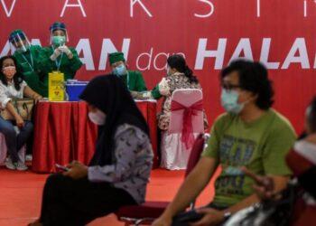 Vaksinasi COVID-19 kepada pelaku usaha di Thamrin City, Jakarta, Senin (3/5/2021).Program vaksinasi nasional bakal menjadi kunci. Bakal menjadi pendukung perbaikan ekonomi nasional. ANTARA FOTO