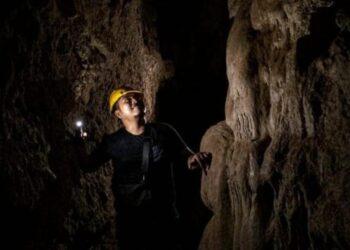 Wisatawan menikmati stalagnit di Gua Batu Cermin, Labuhan Bajo, NTT. Indonesia.go.id/ Bismo Agung
