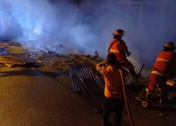 Petugas memadamkan kobaran api. (Foto : Istimewa)