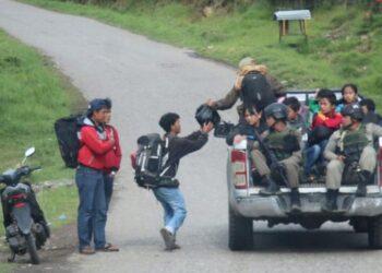 Aparat keamanan mengawal warga yang akan meninggalkan Ilaga, Papua. ANTARA FOTO