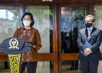 Menteri Keuangan Sri Mulyani (kiri) didampingi Wakil Menteri Keuangan Suahasil Nazara (kanan) memberikan keterangan pers usai rapat paripurna DPR ke-18 masa persidangan V tahun 2020-2021 di kompleks parlemen Senayan, Jakarta, Kamis (20/5/202). ANTARA FOTO/Galih Pradipta