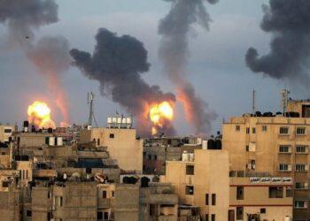 "Api dan asap muncul selama serangan udara Israel di tengah meningkatnya kekerasan Israel-Palestina, di Jalur Gaza selatan, Selasa (11/5/2021). ANTARA FOTO/REUTERS/Ibraheem Abu Mustafa/FOC/sa.Baca selengkapnya di artikel ""Serangan Udara Israel Hancurkan Satu-Satunya Lab COVID-19 di Gaza"", https://tirto.id/gf5K"