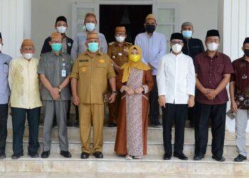 Foto bersama Gubernur Rusli Habibie, anggota komisi VIII DPR RI Idah Syahidah , dengan Ketua MUI Provinsi Gorontalo dan jajaranya usai melakukan pertemuan di Rujab Gubernur, Senin (31/5/2021). Pertemuan yang berlangsung sederhana ini guna membahas berbagai permasalahan yang harus ditangani secara bersama-sama termasuk terkiat paham radikalisme.