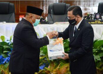 Gubernur Gorontalo Rusli Habibie saat menerima berkas WTP dari BPK RI