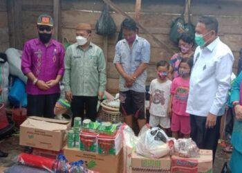 Dokumentasi Dinas Sosial PMD dan Jajaran Pemkab Boalemo lainnya, menyerahkan bantuan kepada warga Desa Hungayonaa, Kecamatan Tilamuta yang rumahnya tertimpa pohon kelapa tumbang. (Foto : Istimewa)
