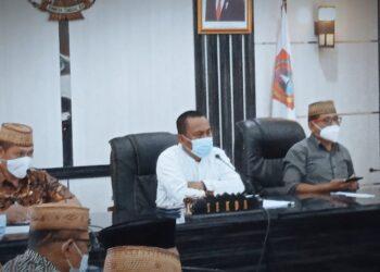 Ridwan Yasin (tengah) ketika membahas pelayanan publik Pemkab Gorontalo Utara (Foto : Istimewa)