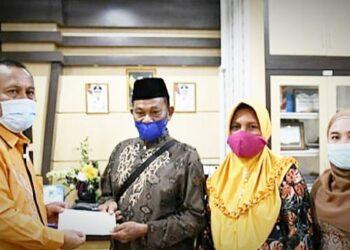 Ridwan Yasin menyerahkan bantuan kepada pengurus NU gorontalo Utara (Foto : istimewa)