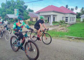 Bupati Kabupaten Gorontalo (baju hijau) saat bersepda bersama. (Foto : Istimewa)