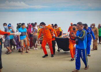 Personil Basarnas Provinsi Gorontalo saat melakukan evakuasi nelayan yang hanyut di perairan Kecamatan Sumalata Timur Gorontalo Utara.