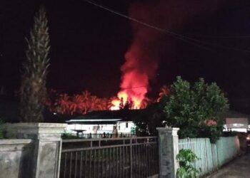 Satu rumah terbakar di  perumahan permata koko. (Foto : Akun Facebook Ismi Entengo)