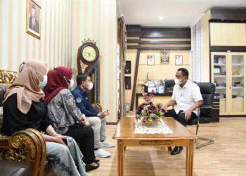 Sekertaris Daerah Gorontalo Utara Ridwan Yasin saat menerima kunjungan dari Lembaga Penelitian Pengembangan dan Pengabdian Masyarakat (LP3M) Universitas Gorontalo Utara, di ruangannya. (Foto : Istimewa)