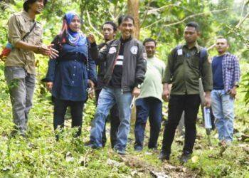 Bupati Kabupaten Gorontalo, Nelson Pomalingo meninjau wilayah Dulamayo Selatan. (Foto : Istimewa)