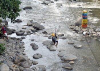 Warga bermain di aliran Sungai Ciliwung, Kelurahan Sempur, Kota Bogor, Jawa Barat. (ANTARA FOTO/Arif Firmansyah)