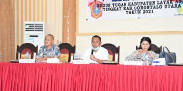Ridwan Yasin (tengah), saat mengikuti rapat koordinasi Gugus Tugas Kabupaten Layak Anak, di Aula Gerbang Emas (Germas) Kantor Bupati Gorontalo Utara. (Foto: istimewa)