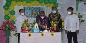 Bupapti Pohuwato Saipul Mbuinga memotong kue ulang Tahun Desa Londoun. (Foto : Istimewa)