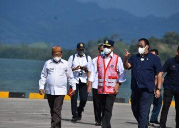 Bupati Gorontalo Utara (kiri ujung) bersama Wakil Ketua DPR RI dan Menteri Perhubungan RI saat melakukan peninjauan pelabuhan Anggrek. (Foto: istimewa)