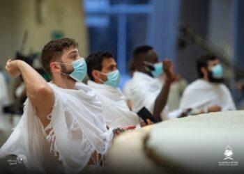 Para jemaah haji 2020 tengah melakukan lempar jumrah di Mina dengan tetap menjalankan prosedur Covid-19. (Dokumentasi Kementerian Haji Arab Saudi).