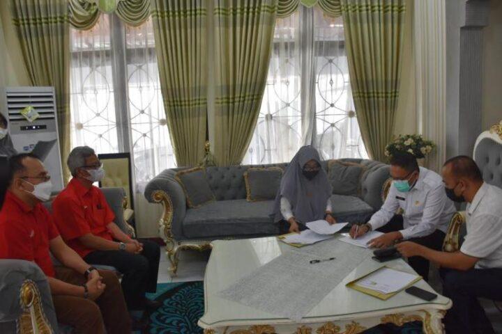 Penandatanganan kerja sama antara Pemkab Boalemo dan PT Telkomsel. (Foto : Istimewa)