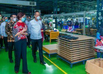 Ilustrasi, Menteri Perindsutrian Agus Gumiwang Kartasasmita (kanan depan) melihat proses produksi pengeras suara (speaker) yang diproduksi CV Sinar Baja Electric di Surabaya, Jawa Timur, Selasa (25/05/2021).