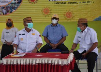 Plt Bupati Boalemo Anas Jusuf (kanan), ketika mendampingi Baksos NKRI Peduli oleh Gubernur Gorontalo Rusli Habibie di Kecamatan Paguyaman. (Foto : Humas)
