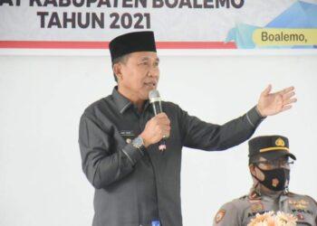 Plt Bupati Boalemo, Anas Jusuf ketika memberi sambutan pelantikan Anggota BPD di Kecamatan Paguyaman Pantai. (Foto : Kominfo/Herjanto Lapasau)