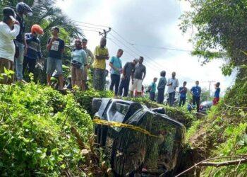 Kondisi mobil berada dalam saluran air. (Foto : Istimewa)