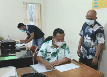 Wakil Bupati Gorontalo Utara, Thariq Modanggu, saat megecek data UMKM di Dinas Perindagkop Gorontalo Utara. (Foto : Istimewa)