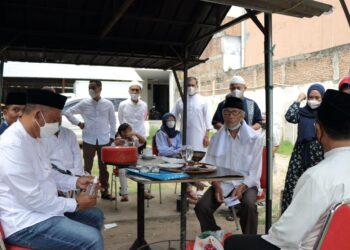 Proses penyembelihan hewan kurban oleh Direksi dan Management Grand Q Hotel Gorontalo. (Foto : Istimewa)