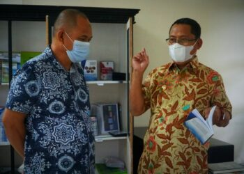 Wakil Bupati Kabupaten Gorontalo Utara, Thariq Modanggu (kanan) saat di Kantor Bappeda. (Foto : Istimewa)