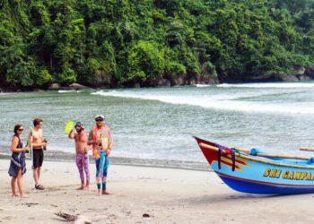 Sejumlah wisatawan asing piknik di Pantai Karangjati di ujung barat pulau Nusakambangan itu. Mereka menyebutnya pulau surga karena tak ada orang lain yang pergi ke sana.  Aris Andrianto / Beritagar