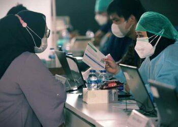 Warga antri mengikuti vaksinasi Covid-19 dosis pertama, di Stasiun MRT Blok A, Jakarta, Kamis (22/7/2021). Foto ilustrasi: BeritaSatuPhoto/Joanito De Saojoao