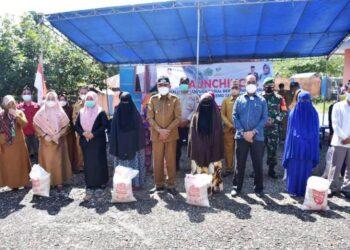 Plt Bupati Boalemo saat menyalurkan secara simbolis beras bantuan di Desa Bongo Nol, Kecamatan Paguyaman. (Foto : Istimewa)