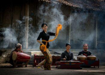 Ilustrasi kegiatan seni pertunjukan di sebuah Desa Wisata di Pulau Jawa. (Foto: Shutterstock/Ferry Hidayat)