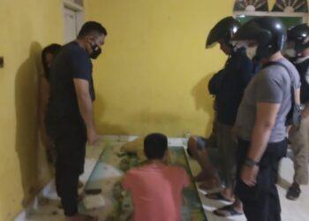 Tim Bifi Merah Polsek Tilamuta saat melakukan penggerebekan. (Foto : Istimewa)