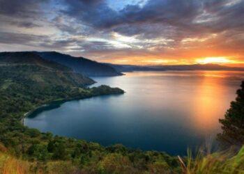 Lanskap Danau Toba. (Foto: Shutterstock/franshendrik Tambunan)