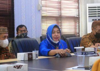 Suharsi Igirisa (biru) menghadiri melakukan rapat bersama Dinas PU Provinsi Gorontalo. (Foto : Istimewa)