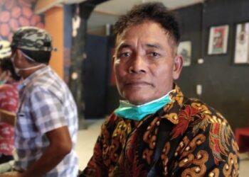 Warga Suka Mulya Yon Maryono saat memberikan keterangan pers di Coffeeloka Tilamuta. (Foto : Istimewa)