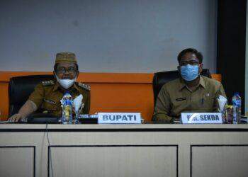 Bupati Kabupaten Gorontalo Utara, Indra Yasin (Kiri) mengikuti rapat evaluasi capaian dan akselerasi vaksinasi Covid-19. (Foto : Istimewa)