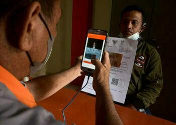 Petugas melakukan verifikasi visual penerima manfaat di Kantor Pos, Manado, Sulawesi Utara, Senin (26/7/2021). Kantor Pos perwakilan Manado menyalurkan Bantuan Sosial Tunai (BST) dari Kementerian Sosial senilai Rp1,93 miliar untuk 3.225 Keluarga Penerima Manfaat (KPM) yang terdata di Manado, dimana setiap KPM menerima BST sejumlah Rp600 ribu untuk meringankan beban ekonomi selama masa Pemberlakuan Pembatasan Kegiatan Masyarakat (PPKM). - (antarafoto)